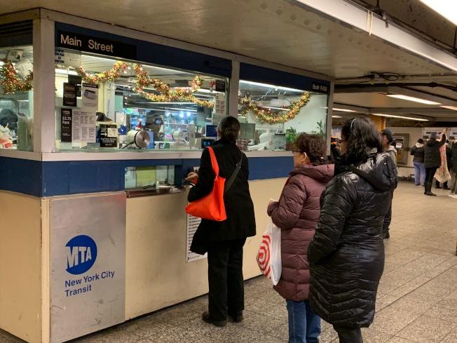 紐約州無證客14日起可申辦駕照,但反對者扭曲MTA標語,在DMV 張貼海報鼓動民眾舉報無證客。(記者賴蕙榆/攝影)