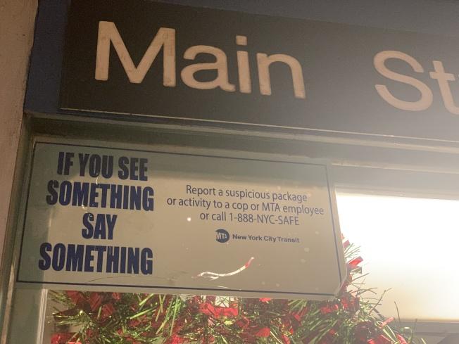 MTA的「你看見什麼,說什麼」標語,旨在提醒通勤者舉報恐怖分子和防止性騷擾。(記者賴蕙榆/攝影)