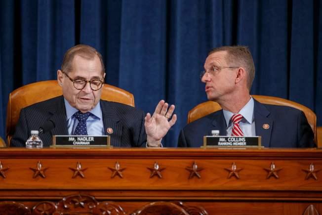 國會眾院司法委員會就彈劾川普條款展開辯論,圖為司法委員會主席納德勒(左)與共和黨籍委員會副主席柯林斯開始陳詞。(Getty Images)