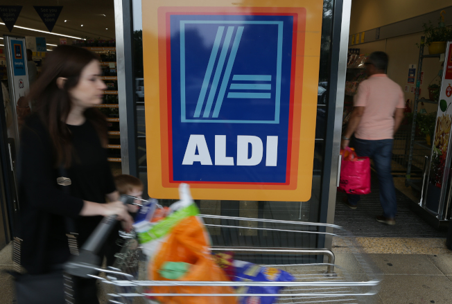 連鎖廉價超市Aldi超市砸大錢重新裝修店面、擴充生鮮部門,客流因此暴增三至四成。(Getty Images)