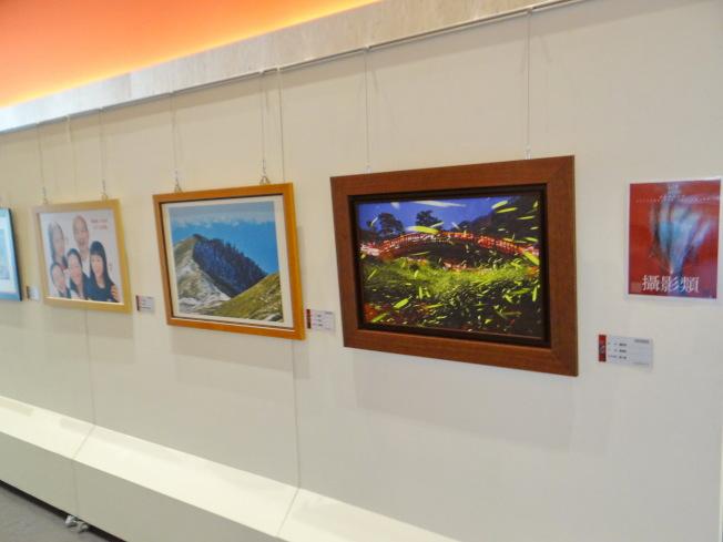韓國瑜全家福合照躍上雲林北港文化中心的第15屆文化藝術獎藝術展上,引起網友議論。(記者蔡維斌/攝影)