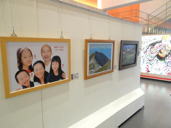 韓國瑜全家福合照出現在雲林北港文化中心的第15屆文化藝術獎藝術展上,引起網友議論。(記者蔡維斌/攝影)