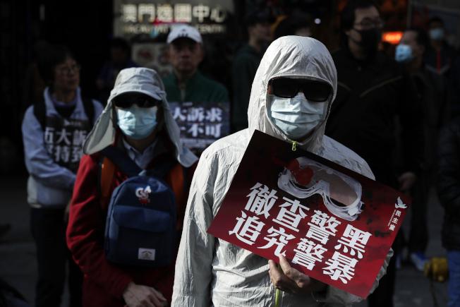 香港示威者要求徹查警察施暴真相,並且究責。香港監警會邀請的國際專家則因缺乏獨立調查的能力而請辭。(美聯社)