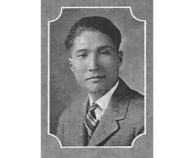 美聯社紀念為新聞獻身的記者饒引之(Yin-Chih Jao),將他的名字列入榮譽牆。他曾目睹中共紅軍擊敗國民黨軍隊,攻入南京;在其他美國記者遭驅逐後,他仍然留守南京,導致他在1951年被處決。這是密蘇里大學1923-24年年鑑上的照片。(美聯社)