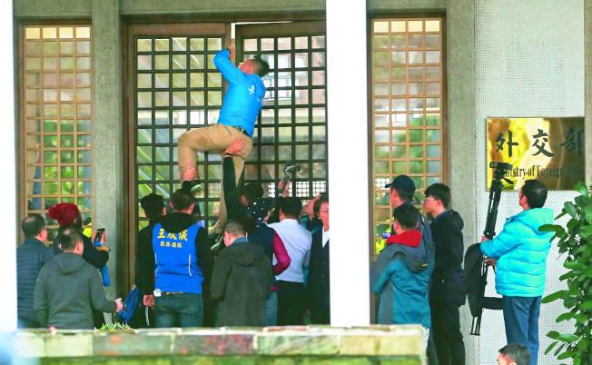 藍民代大動作抗議「卡神」楊蕙如涉網軍事件延燒,國民黨立委與市議員上周至外交部抗議。(本報資料照片)