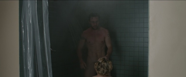 艾倫泰勒強森在「A Million Little Pieces」全裸畫面在網上造成廣大回響。(取材自Twitter)