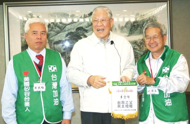 洪順五(右)回台灣時和李登輝前總統合影。(本報檔案照)