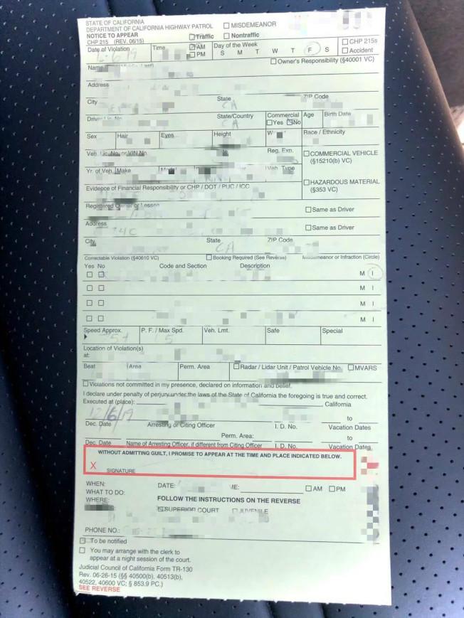 高速路上因右邊是大型卡車,太有壓迫感,華人Lina加速超車,不料被加州巡警抓住,開了罰單。(記者劉先進/攝影)