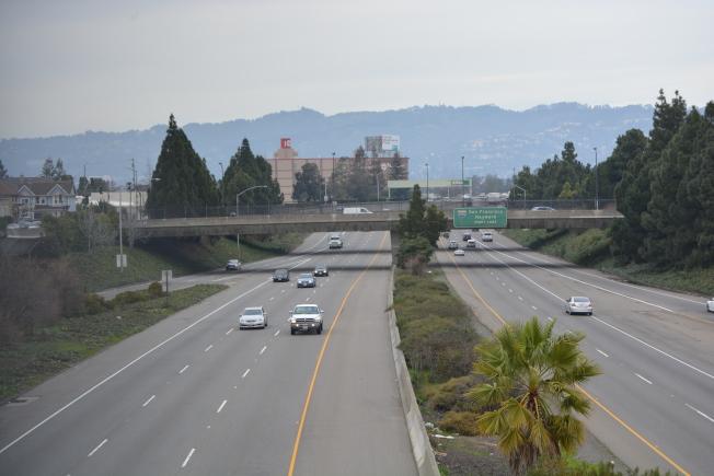 華人Lina提醒,節日期間,警察查得嚴,華人在高速路上行駛要特別小心超速罰單。(記者劉先進/攝影)