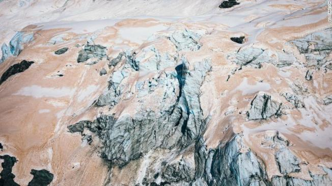 旅行攝影家利茲發現,紐西蘭的冰川異常變為紅色。取材自CNN