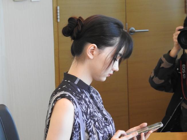 台澳混血美女棋士黑嘉嘉利用零碎時間,用手機APP來練習棋藝。特派記者林宸誼/上海攝影