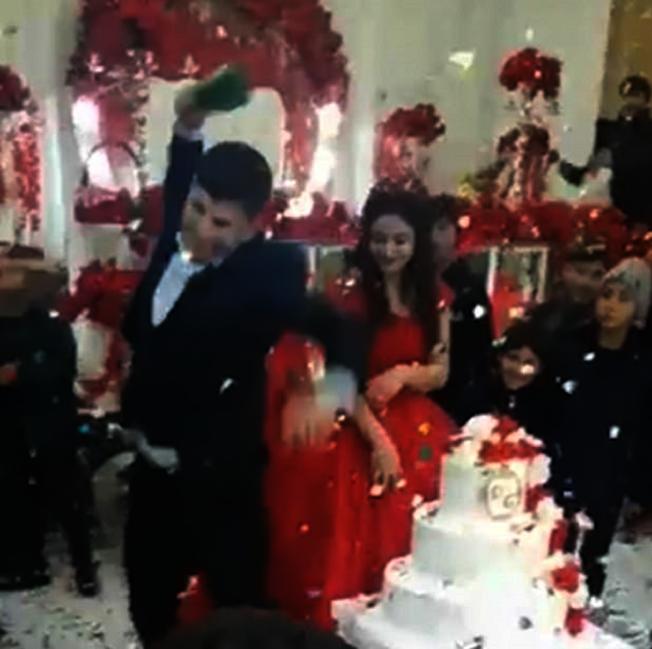 西亞國家亞塞拜然有一位新郎,似乎受夠了婚禮上的繁雜禮俗,居然怒砸香檳,嚇呆一旁的新娘和親友。Daily Mail