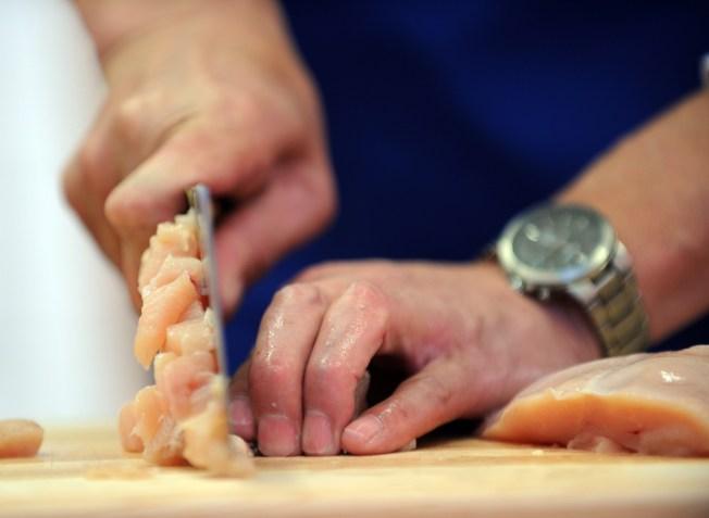 砧板若沒有妥當的清洗或是更新,藏匿的黴菌或是毒素等,都會影響健康,也可能造成食物中毒,不可不慎。(Getty Images)