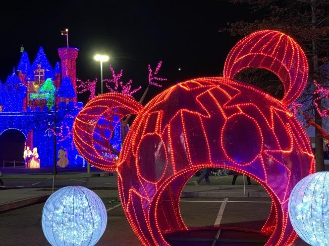 「彩色熊貓拱門」位於耶誕節主題區,民眾可在拱門內休息拍照。(記者賴蕙榆/攝影)