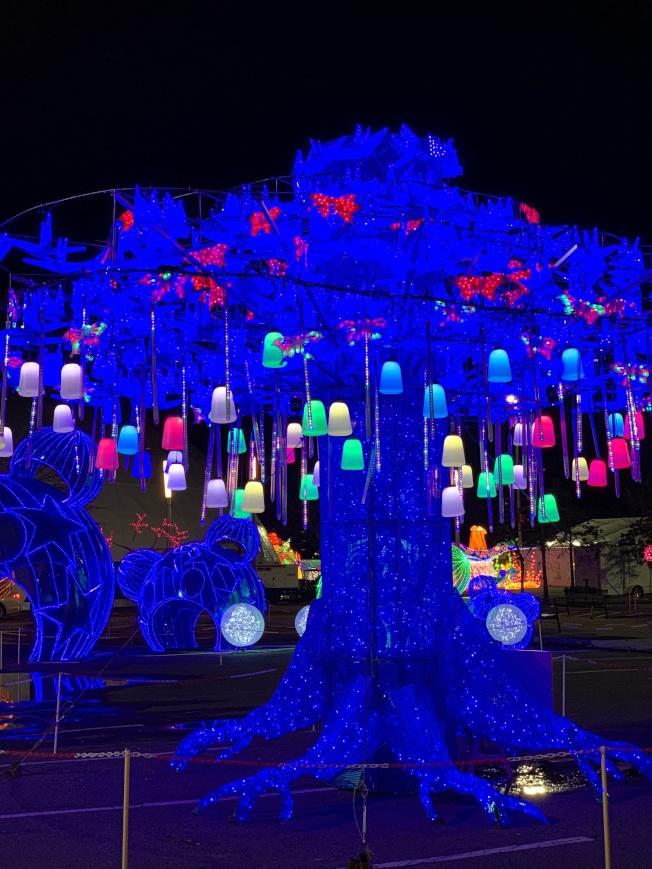 由100個流星燈、50組變色燈、1000個紙鶴和200個蝴蝶裝飾的「許願樹」,寄寓新年祝福。(記者賴蕙榆/攝影)