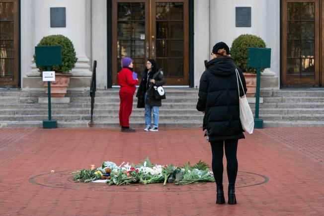民眾12日在哥大巴納德學院門前獻花,悼念遭搶劫遇害的女生梅吉思。(美聯社)