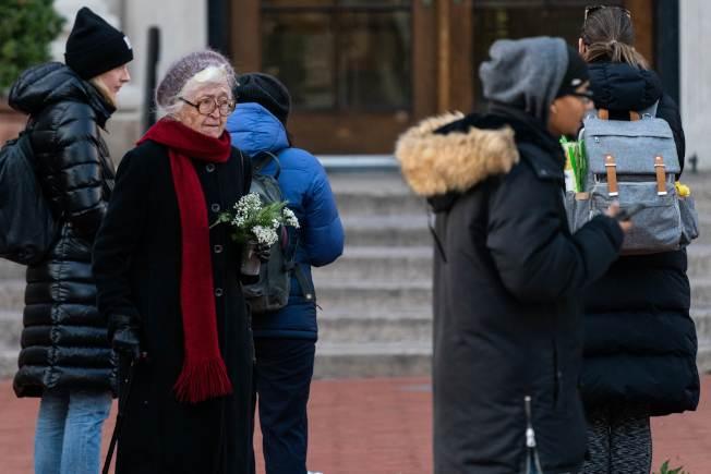 民眾12日在哥大巴納德學院門口悼念遭搶劫遇害的女生梅吉思。(美聯社)
