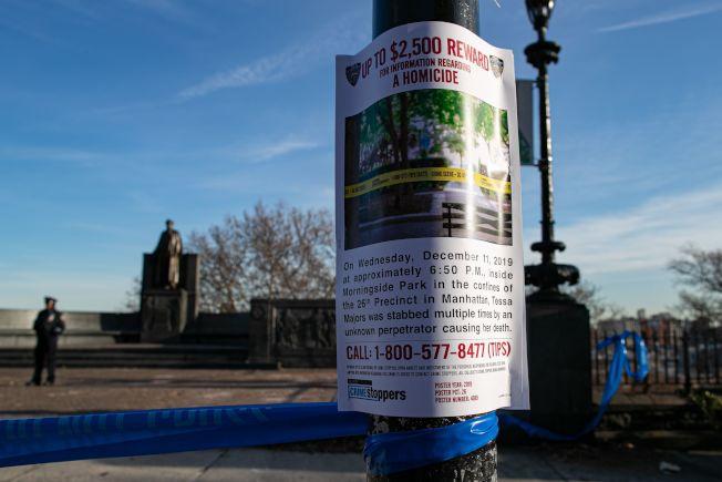 紐約警方12日在梅吉思遇害處四周張貼懸紅緝兇海報,呼籲知情者舉報線索。(美聯社)