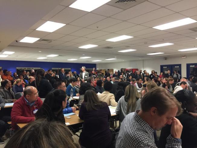 蒙郡公校學校邊界分析社區會議現場砲聲隆隆。(記者于茂芬/攝影)