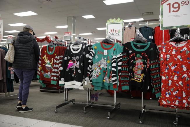一開始,醜毛衣只是印上馴鹿或聖誕老人圖案,在各大賣場銷售。(美聯社)