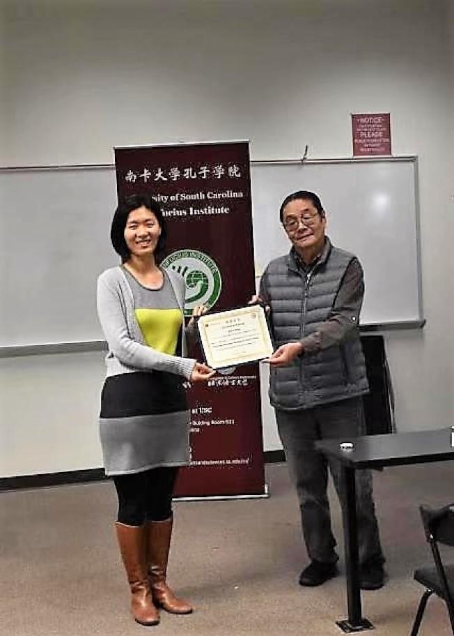 孫超老師(左)獲南卡大學孔院美方院長葉坦頒發培訓師證書。(南卡大學孔子學院提供)