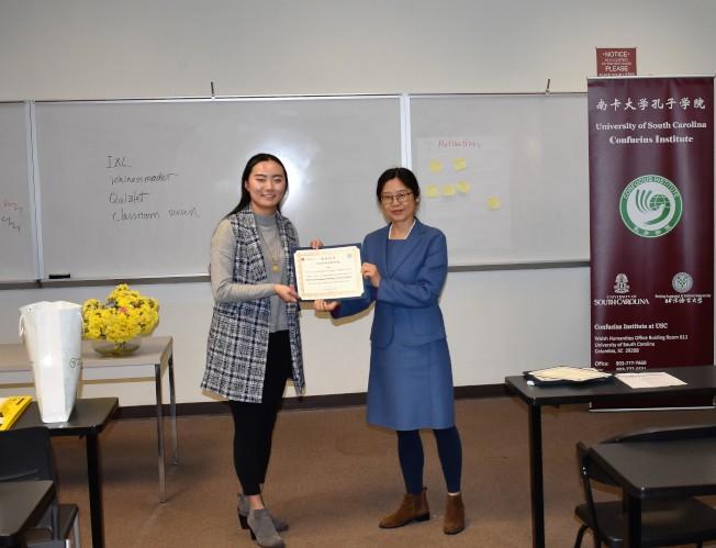 盧迪老師(左)獲南卡大學孔院中方院長李越頒發培訓師證書。(南卡大學孔子學院提供)