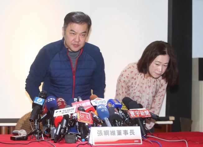 遠航董事長張鋼維(左)13日上午舉行記者會說明遠航是自己個人獨資的公司,自己沒有掏空遠航,也不是惡性倒閉。(記者余承翰/攝影)