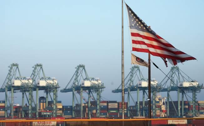 美中已談妥第一階段貿易協議,貿易戰可望逐漸平息。圖為加州聖佩渚港加緊疏運貨櫃。(Getty Images)