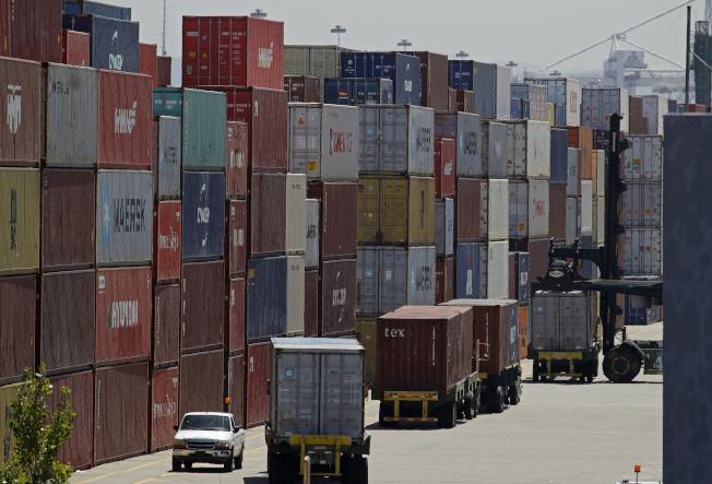 美中已談妥第一階段貿易協議,貿易戰可望逐漸平息。圖為加州奧克蘭港堆積如山的貨櫃。(美聯社)