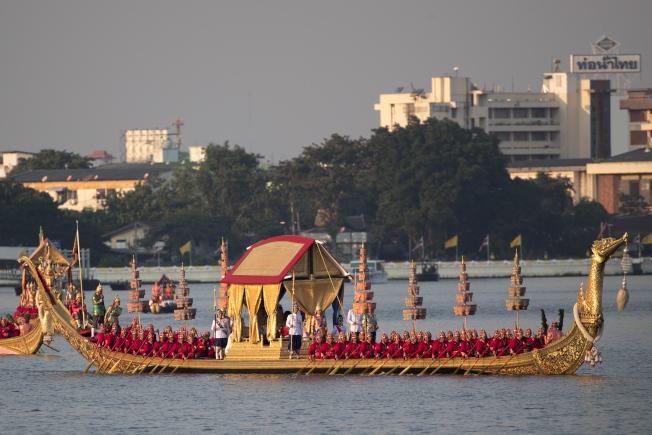 泰國12日舉行王船遊行,做為泰王加冕儀式的最後一道程序。(歐新社)