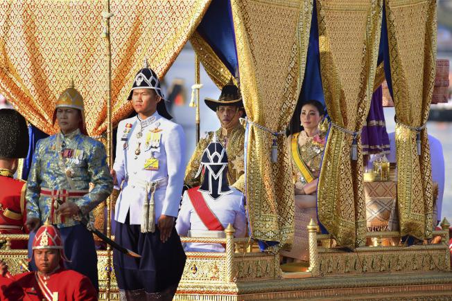 泰國12日舉行王船遊行,做為泰王加冕儀式的最後一道程序。(美聯社)