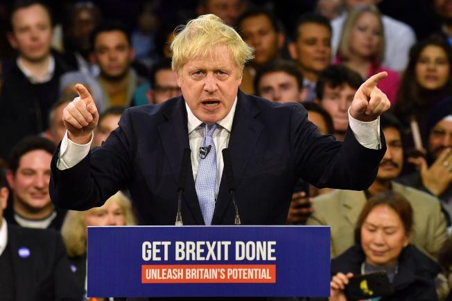英國大選結果顯示,主張脫歐的保守黨大勝,圖為首相強生在選前爭取選民支持脫歐。(Getty Images)