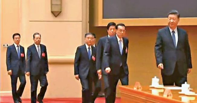 中央經濟工作會議12日在北京閉幕。圖為國家主席習近平(右)等七名政治局常委步入會場。(央視視頻截圖)