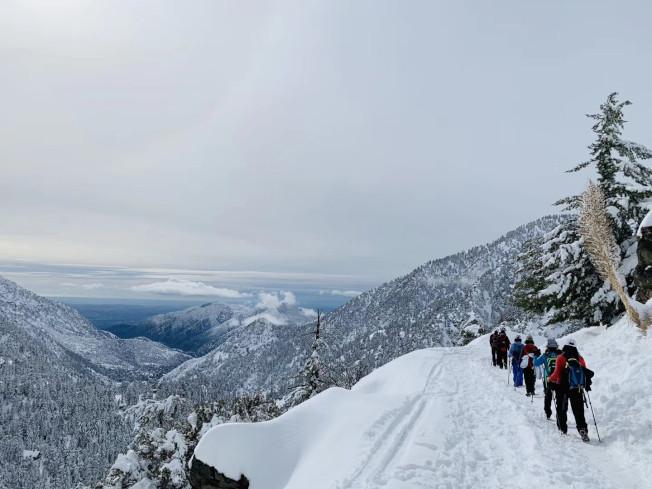 爾灣華裔登山愛好者雪後登臨鮑迪山。(爾灣讀者提供)