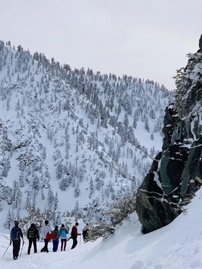 民眾於雪後登鮑迪山。(爾灣讀者提供)