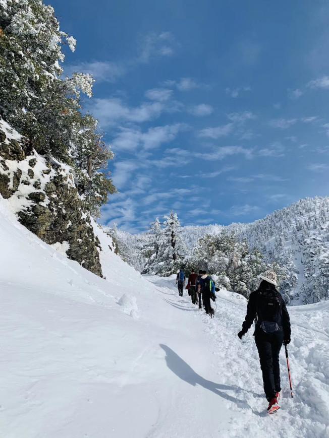 爾灣華人雪後登臨鮑迪山。(爾灣讀者提供)