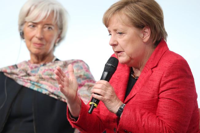 富比世雜誌12日公布全球百位最有權力的女性,德國總理梅克爾(右)和歐洲中央銀行總裁拉加德(左)分列一、二名。(Getty Images)
