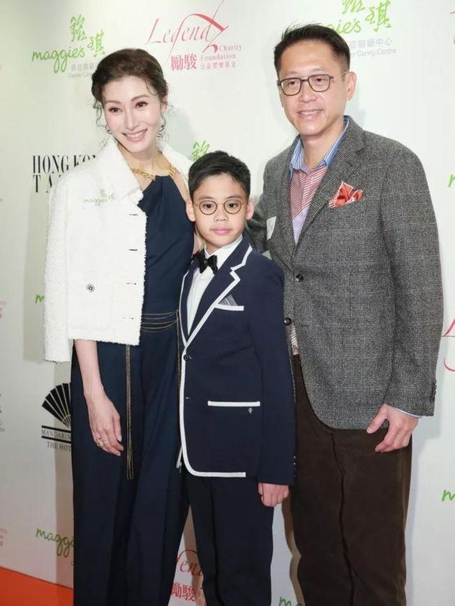 李嘉欣(左)帶著丈夫、小孩共同出席活動,兒子Jayden跟爸長得一模一樣。(取材自微博)