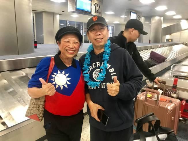 賴李迎霞(左)與高雄市議員黃紹庭合影(右)。(記者蕭永群/攝影)
