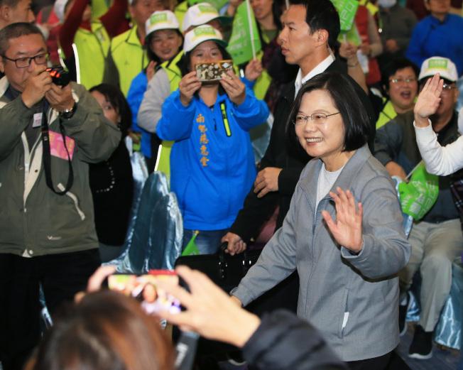 蔡英文總統(右)12日出席全國慈惠堂挺小英後援會大會,向支持者揮手致意。(記者潘俊宏/攝影)