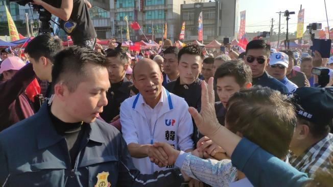 國民黨總統候選人韓國瑜(中)12日回雲林拜票,民眾熱情迎接。(記者李京昇/攝影)