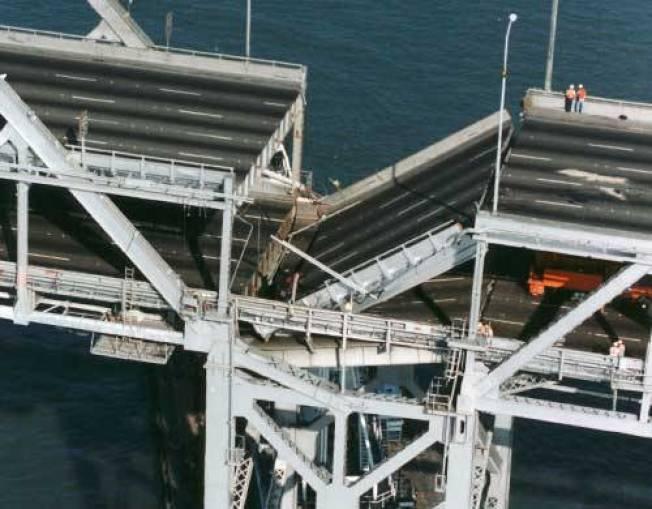 美國地質調查所公布新地震風險圖,聖荷西和核桃溪的地震風險增加。圖為當年遭洛馬普里塔地震震斷的海灣大橋。(電視新聞截圖)