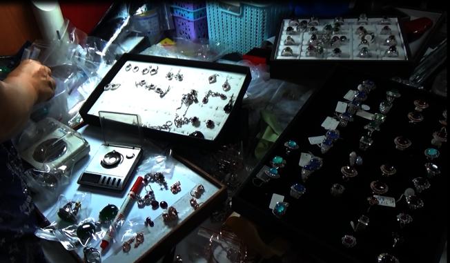 六名珠寶商涉嫌假造鑑定書,拿劣質珠寶充當高檔精品珠寶在特定電視購物台販售,檢警初步估計獲利上億元台幣。(記者陳宏睿/翻攝)