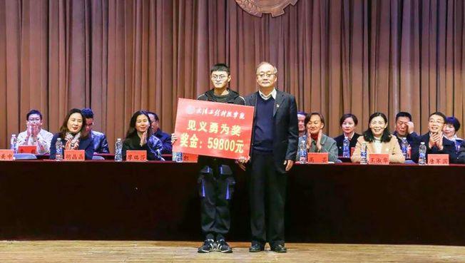 余濤宏獲頒獎5萬9800元學金。(取材自微信)