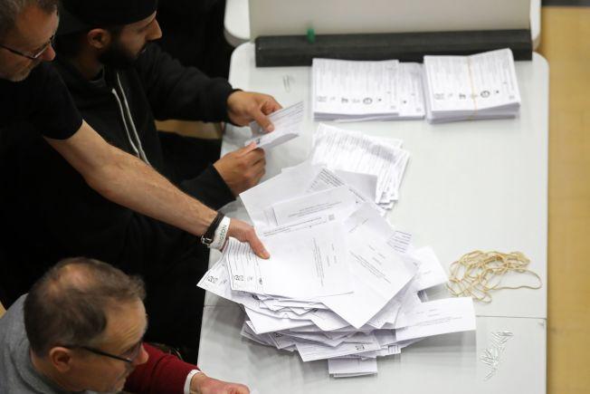 工作人員在緊張地計算選票。(Getty Images)