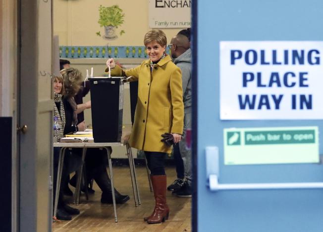 蘇格蘭首席部長尼可拉在格拉斯哥投票。(美聯社)