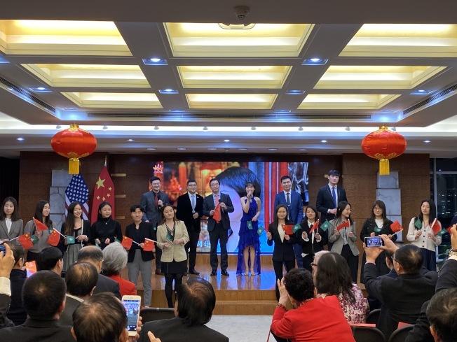 黃屏總領事與青年一同歌唱慶祝澳門回歸20年。(記者金春香/攝影)