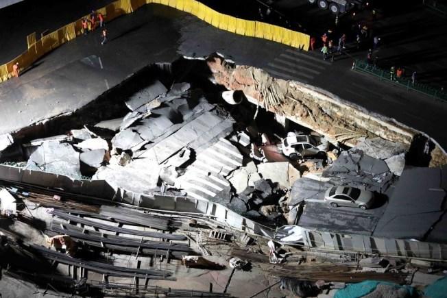 中國廈門地鐵施工處附近12日晚驚傳大面積道路塌陷,導致行駛中的車輛落入坑洞,目前尚無人員傷亡傳出。(中新社)
