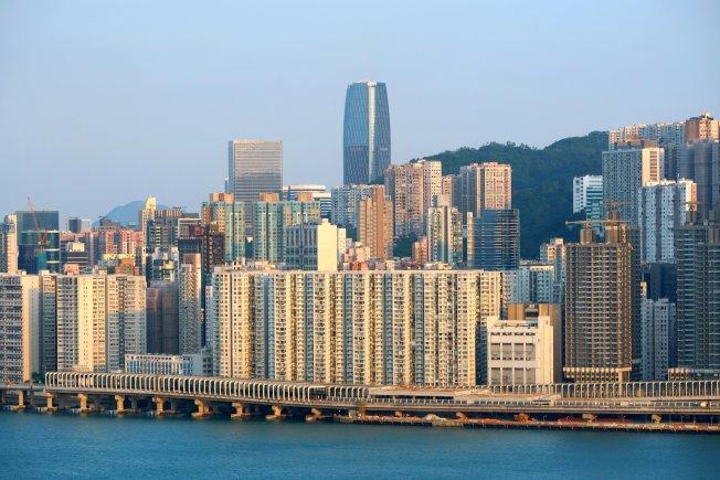 香港今年經歷重大社會衝突,物業市場亦受波及,成為過去十年以來物業投資市場最淡靜的一年。圖為港島北角一帶的物業。 (中通社)