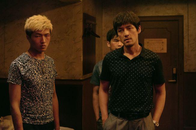 胡歌(右)在《南方車站的聚會》突破形象演逃犯。(圖:甲上提供)